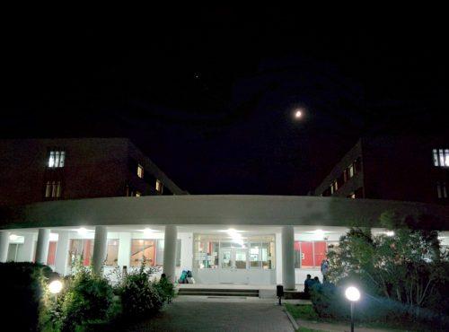 Demiray yurtlarının üzerinde parlayan Jüpiter ve Ay
